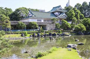 日本庭園越しに見る佐藤記念美術館の写真素材 [FYI04565846]