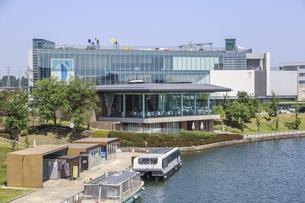 富岩運河環水公園越しに見る富山県美術館の写真素材 [FYI04565886]