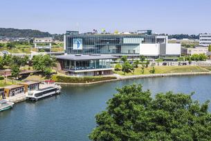 富岩運河環水公園越しに見る富山県美術館の写真素材 [FYI04565887]