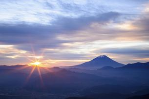 山梨県 富士山と日の出の写真素材 [FYI04565999]