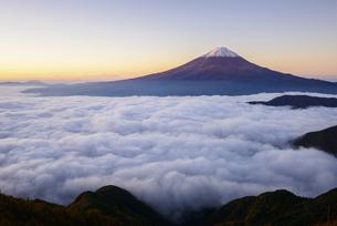 山梨県 大雲海に浮かぶ富士山の写真素材 [FYI04566003]