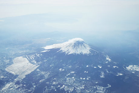 富士山 空撮の写真素材 [FYI04567295]