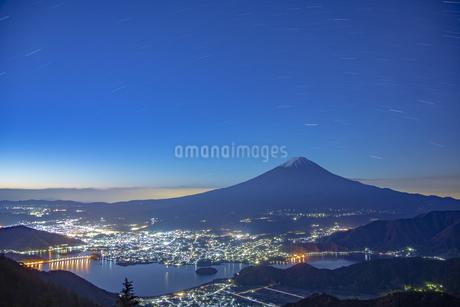 夜明けの富士山と夜景の写真素材 [FYI04567311]