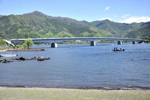 新緑の御坂山地と河口湖の写真素材 [FYI04567891]