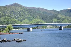 春山の御坂山地に河口湖の写真素材 [FYI04567893]