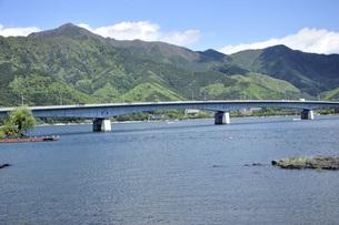 河口湖と河口湖大橋と新緑の御坂山地の写真素材 [FYI04567897]