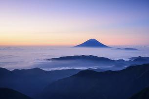 山梨県 南アルプス北岳より望む朝日を浴びる富士山と雲海の写真素材 [FYI04567962]