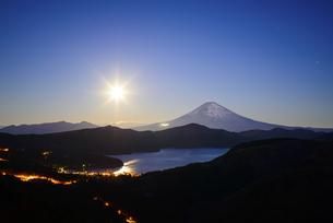 神奈川県 月明かりと富士山の写真素材 [FYI04567967]