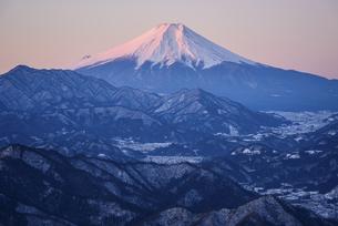 山梨県 百蔵山より望む紅富士の写真素材 [FYI04568465]
