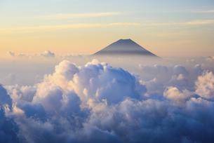 山梨県 南アルプス北岳より富士山と雲海の写真素材 [FYI04568471]