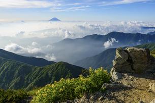 山梨県 南アルプス北岳山頂からの眺めの写真素材 [FYI04568473]