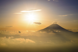 山梨県 昇る朝日と富士山の写真素材 [FYI04568475]