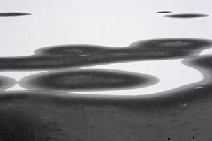 12月 氷と雪が造る絵模様 の写真素材 [FYI04568529]