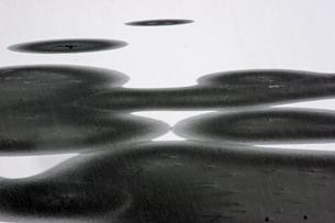 12月 氷と雪が造る絵模様 の写真素材 [FYI04568530]