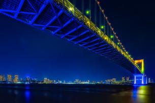 東京湾夜景&東京レインボーブリッジ TokyoWaterfront Nigtviewの写真素材 [FYI04568600]