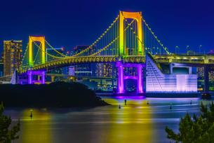 東京湾夜景&東京レインボーブリッジ TokyoWaterfront Nigtviewの写真素材 [FYI04568601]