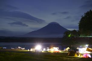 夜のキャンプ場と富士山の写真素材 [FYI04568619]