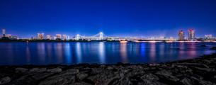 東京湾夜景&東京レインボーブリッジ TokyoWaterfront Nigtviewの写真素材 [FYI04568626]