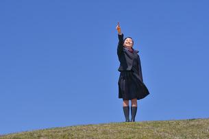 青空で指さす女の子の写真素材 [FYI04568655]