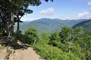 岩茸石山の山頂より望む川苔山の写真素材 [FYI04568687]