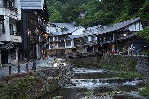 山形銀山温泉の旅館街の写真素材 [FYI04568771]