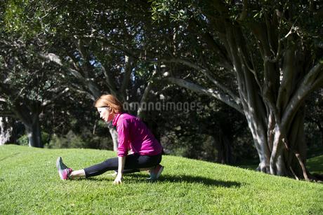 公園でストレッチをしている女性の写真素材 [FYI04569007]
