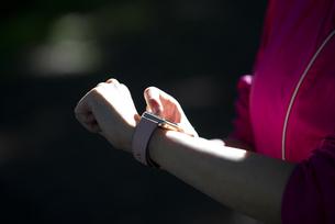スマートウォッチを見ている女性の手元の写真素材 [FYI04569011]