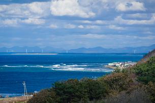 展望台から一望する津軽の海 日本海の波 日本海の風力発電所の写真素材 [FYI04569087]
