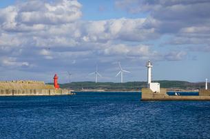 鰺ヶ沢港の灯台と風力発電所 津軽の海 日本海 の写真素材 [FYI04569091]
