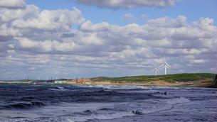 津軽の海 日本海の波 日本海の風力発電所の写真素材 [FYI04569094]