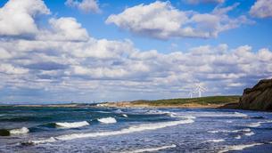 津軽の海 日本海の波 日本海の風力発電所の写真素材 [FYI04569095]