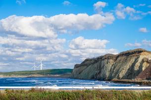 津軽の海 日本海の波 日本海の風力発電所の写真素材 [FYI04569096]