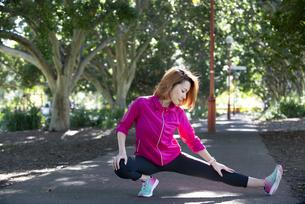 公園でストレッチをしている女性の写真素材 [FYI04569122]