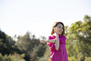 公園でストレッチをしている女性の写真素材 [FYI04569133]