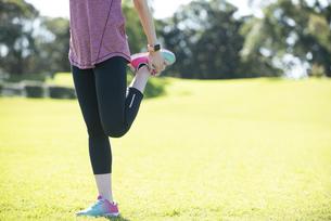 足のストレッチをしている女性の写真素材 [FYI04569165]