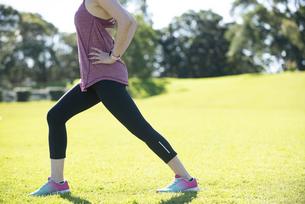 足のストレッチをしている女性の写真素材 [FYI04569204]