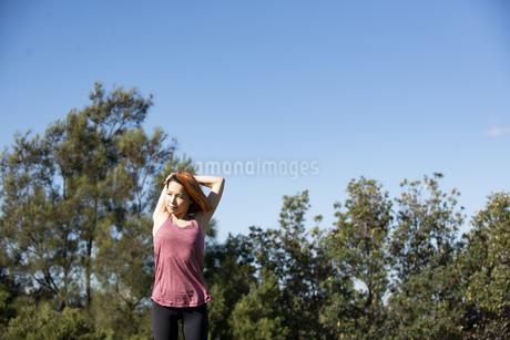 ストレッチをしている女性の写真素材 [FYI04569310]