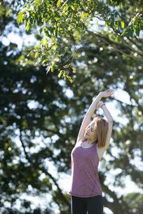 公園でストレッチをしている女性の写真素材 [FYI04569325]