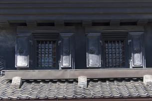 観音開扉の窓 小江戸川越蔵の街の写真素材 [FYI04569546]