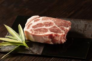 厚切り肉の写真素材 [FYI04569701]