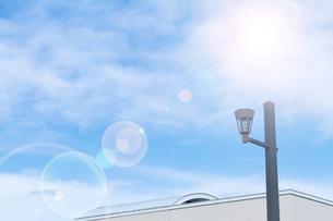 太陽光と空と屋根の写真素材 [FYI04569767]