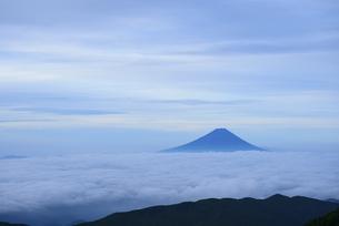 国師ヶ岳より夜明けの富士山の写真素材 [FYI04569798]