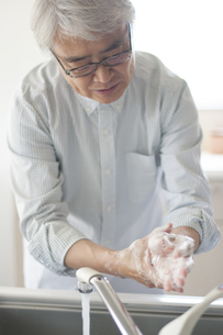 手を洗うシニアの写真素材 [FYI04569822]