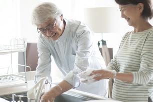 手を洗うシニア夫婦の写真素材 [FYI04569844]