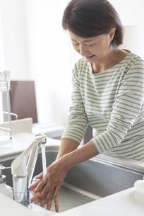 手洗いをするシニア女性の写真素材 [FYI04569919]