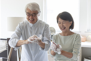 手を洗うシニア夫婦の写真素材 [FYI04569920]