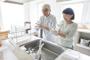 手を洗うシニア夫婦の写真素材 [FYI04569925]