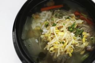 韓国料理のもやしスープの混ぜご飯の写真素材 [FYI04569970]