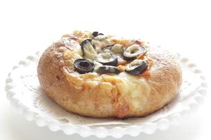 オリーブとチーズパンの写真素材 [FYI04569977]