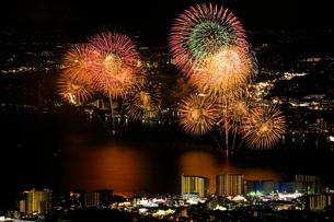 比叡山から見下ろすびわ湖花火大会の写真素材 [FYI04570033]